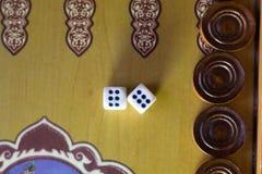 Χωρίζει σε τετράγωνα το σύνολο Επιτραπέζιο παιχνίδι ταβλιών παιχνιδιού Το κύλισμα χωρίζει σε τετράγωνα στο παλαιό επιτραπέζιο παι στοκ φωτογραφίες με δικαίωμα ελεύθερης χρήσης