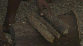 Χωρίζοντας ξύλο ατόμων σε ένα χωριό, Moresby, Παπούα φιλμ μικρού μήκους