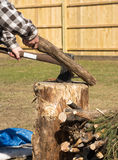 Χωρίζοντας ξύλο ατόμων Στοκ φωτογραφία με δικαίωμα ελεύθερης χρήσης