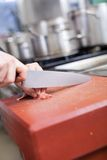 Χωρίζοντας σε τετράγωνα κρέας αρχιμαγείρων ή χασάπηδων Στοκ Φωτογραφία