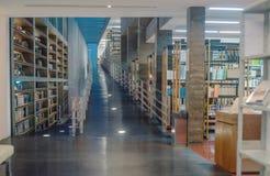 Χωρίς εμπόδιο πρόσβαση κεκλιμένων ραμπών αναπηρικών καρεκλών στο σύγχρονο εσωτερικό της βιβλιοθήκης δημόσιων πανεπιστημίων Στοκ Εικόνα