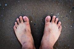 Χωρίς παπούτσια στην άμμο και το νερό στην παραλία στη χαλάρωση καλοκαιρινών διακοπών Στοκ φωτογραφία με δικαίωμα ελεύθερης χρήσης