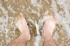 Χωρίς παπούτσια στη θάλασσα με τον αφρό Στοκ εικόνες με δικαίωμα ελεύθερης χρήσης