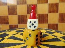 Χωρίστε σε τετράγωνα τον πύργο με τον αριθμό παιχνιδιού για την κορυφή με το υπόβαθρο πινάκων σκακιού Στοκ φωτογραφία με δικαίωμα ελεύθερης χρήσης
