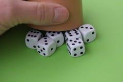 Χωρίστε σε τετράγωνα το παιχνίδι με χωρίζει σε τετράγωνα το φλυτζάνι στην πράσινη έννοια επιτραπέζιων χαρτοπαικτικών λεσχών Στοκ Εικόνα