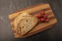 Χωριάτικο καφετί ψωμί σε έναν ξύλινο τεμαχίζοντας πίνακα στοκ φωτογραφία με δικαίωμα ελεύθερης χρήσης
