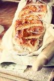 Χωριάτικο σπιτικό ψωμί που φωτογραφίζεται κάτω από το φυσικό λ Στοκ Εικόνα