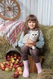 Χωρικός κοριτσιών με τη γάτα κοντά στον κάδο, μήλα Στοκ φωτογραφία με δικαίωμα ελεύθερης χρήσης
