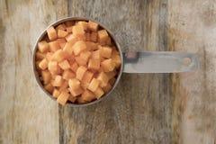 Χωρισμένα σε τετράγωνα καρότα στο φλυτζάνι Στοκ Εικόνες