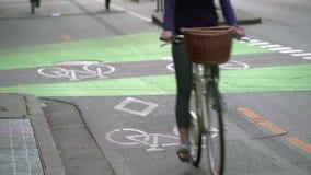 Χωρισμένη αστική πάροδος ποδηλάτων 4k UHD απόθεμα βίντεο
