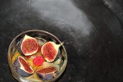 Χωρισμένο σε τετράγωνα κύπελλο φρούτων με τα σύκα που κόβονται στο μισό Στοκ Εικόνες