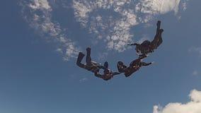 Χωρισμός ομάδων ελεύθερων πτώσεων με αλεξίπτωτο απόθεμα βίντεο