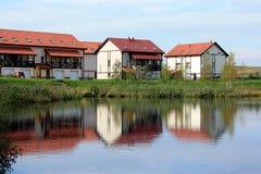 Χωριό εξοχικών σπιτιών στη λίμνη Στοκ εικόνα με δικαίωμα ελεύθερης χρήσης