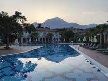 χωριό ηλιοβασιλέματος βουνών ορών στοκ φωτογραφία με δικαίωμα ελεύθερης χρήσης