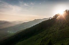 χωριό ηλιοβασιλέματος βουνών ορών Στοκ Εικόνα
