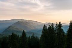 χωριό ηλιοβασιλέματος βουνών ορών Στοκ εικόνες με δικαίωμα ελεύθερης χρήσης
