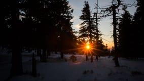χωριό ηλιοβασιλέματος βουνών ορών Στοκ Φωτογραφίες