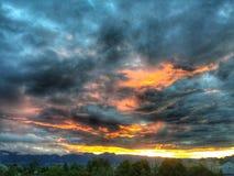 χωριό ηλιοβασιλέματος βουνών ορών Στοκ Εικόνες