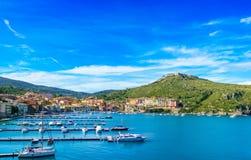 Χωριό και λιμάνι του Πόρτο Ercole σε έναν κόλπο θάλασσας. Εναέρια άποψη, Argen Στοκ Φωτογραφίες