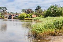 Χωριό και ποταμός του Beaulieu στη νέα δασική περιοχή του Χάμπσαϊρ ι Στοκ Φωτογραφίες
