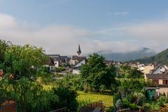 Χωριό κοντά σε Cochem πέρα από τον ποταμό Μοζέλλα Στοκ εικόνα με δικαίωμα ελεύθερης χρήσης