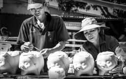 Χωριό οικογενειακής αγγειοπλαστικής στις piggy εργασίες στοκ εικόνα με δικαίωμα ελεύθερης χρήσης