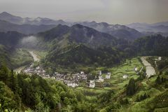 Χωριό σε μια κοιλάδα ποταμών στοκ εικόνα