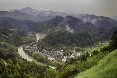 Χωριό σε μια κοιλάδα ποταμών στοκ φωτογραφίες