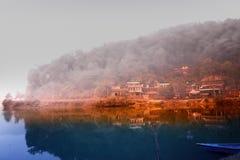 Χωριό στην άκρη της λίμνης Phewa Στοκ εικόνες με δικαίωμα ελεύθερης χρήσης