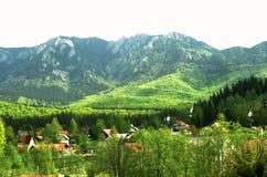 Χωριό στην κοιλάδα και τα βουνά στοκ φωτογραφία με δικαίωμα ελεύθερης χρήσης