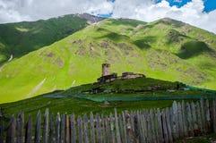 Χωριό στη μέση του βουνού, Καύκασος. στοκ εικόνα με δικαίωμα ελεύθερης χρήσης