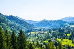 Χωριό στη μέση των βουνών Στοκ Φωτογραφία