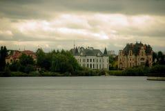Χωριό στις όχθεις του ποταμού Στοκ φωτογραφία με δικαίωμα ελεύθερης χρήσης