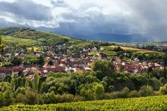 Χωριό στο ίχνος κρασιού της Αλσατίας στοκ εικόνα με δικαίωμα ελεύθερης χρήσης