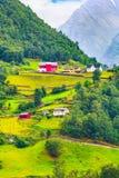Χωριό της Νορβηγίας και τοπίο βουνών Στοκ Φωτογραφία