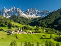 Χωριό της Maddalena Santa μπροστά από την ομάδα δολομιτών Geisler ή Odle, Di Funes, Ιταλία, Ευρώπη Val Το Σεπτέμβριο του 2017 στοκ εικόνα
