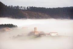 Χωριό Aramaio να περιβάλει κοιλάδων από την ομίχλη Στοκ Φωτογραφίες