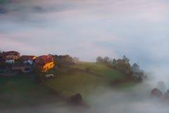 Χωριό Arexola Aramaio στην ομιχλώδη κοιλάδα Στοκ Εικόνες