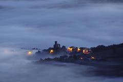 Χωριό Barajuen Aramaio τη νύχτα με την ομίχλη Στοκ Φωτογραφίες