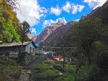 Χωριό Dovan και βουνό Machapuchare στοκ εικόνες