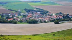 Χωριό Escalles με τους ζωηρόχρωμους περιβάλλοντες τομείς, ΚΑΠ Blanc Nez, υπόστεγο δ ` Opale, Pas-de-Calais, Hauts de Γαλλία, Γαλλ Στοκ Εικόνες