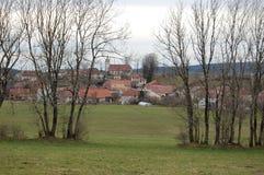 Χωριό Gillois, Jura, μέσω των δέντρων Στοκ Εικόνες