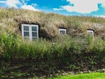Χωριό Glaumbaer με τις στέγες τύρφης στη βόρεια Ισλανδία στοκ εικόνα