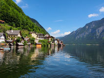 Χωριό Hallstatt και αλπική λίμνη στην ηλιόλουστη ημέρα όρη Αυστριακός Στοκ εικόνες με δικαίωμα ελεύθερης χρήσης