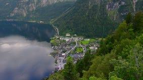 Χωριό Hallstatt με τη λίμνη και τα δέντρα - εναέριος πυροβολισμός απόθεμα βίντεο
