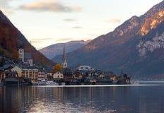 Χωριό Hallstatt το φθινόπωρο πριν από το ηλιοβασίλεμα, Αυστρία Στοκ εικόνα με δικαίωμα ελεύθερης χρήσης