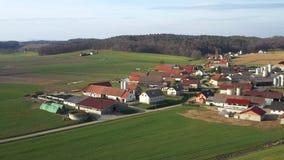 Χωριό Idillyc στη Σλοβενία, κεντρική Ευρώπη από τον αέρα απόθεμα βίντεο