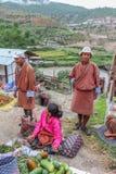 Χωριό Lobesa, Punakha, Μπουτάν - 11 Σεπτεμβρίου 2016: Μη αναγνωρισμένοι άνθρωποι στην εβδομαδιαία αγορά αγροτών Στοκ φωτογραφία με δικαίωμα ελεύθερης χρήσης