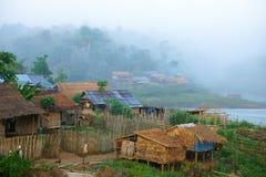 Χωριό Mon, που λούζει στην ομίχλη. Στοκ Φωτογραφία