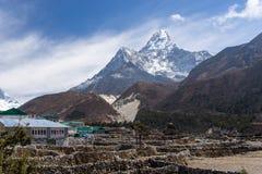 Χωριό Pangboche μπροστά από το βουνό Ama Dablam, Everest Regio Στοκ εικόνα με δικαίωμα ελεύθερης χρήσης
